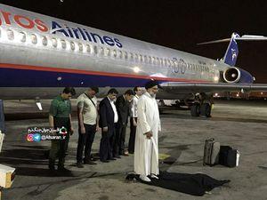عکس/ نماز جماعت روی باند فرودگاه