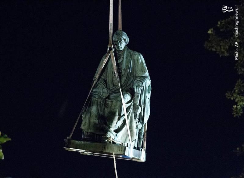 برداشتن مجسمه راجر بروک، قاضی دیوان عالی پیش از آنکه در اعتراضات مردمی نابود شود. وی در سال 1857 به ممنوعیت شهروندی برای بردههای آفریقایی رأی مثبت داد