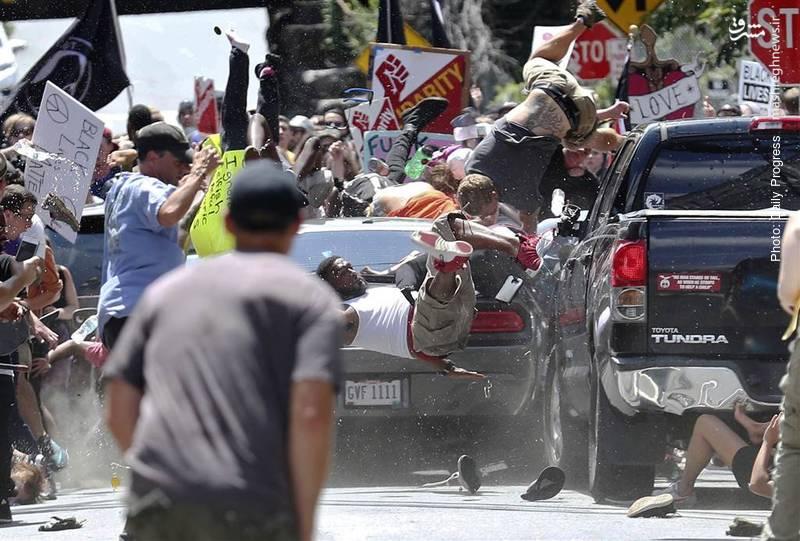 حمله یک خودرو به تجمع اعتراضکنندگان به تظاهرات سفیدپوستان در شارلوتزویل