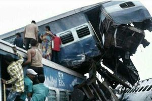 عکس/ ۱۷۰ کشته و زخمی بر اثر خروج قطار از ریل در هند