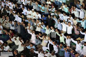 عکس/ امامجمعه موقت گناوه در حال تمیزکردن ورودی فاضلاب