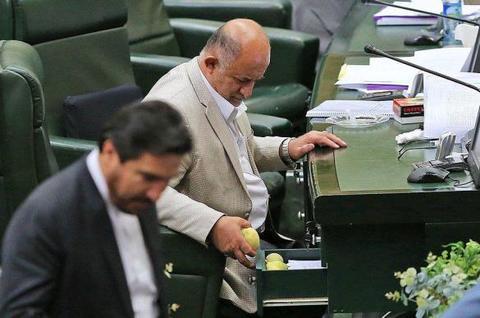 صوت/ توضیحات قاضی پور درباره گلابی خوردنش در صحن علنی مجلس