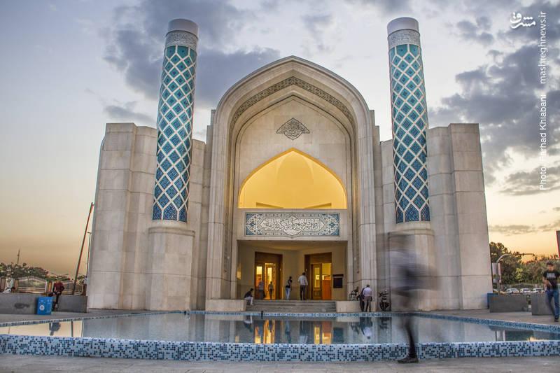 مسجد۷۲تن-از سال ۱۳۸۴ تاکنون تعداد ۲۵۸۱مسجد در مناطق۲۲گانه تهران از سوی شهرداری در۳ بخش احداث، تعمیر و تجهیز مورد حمایت قرار گرفته است. ۳۰۰نمازخانه شهری در مراکز عمومی و خدماتی، ایجاد ۳۱۶نمازخانه در بوستانهای بزرگ شهر و مجهز شدن به دستگاه پخش اذان از دیگر اقدامات انجام شده است. علاوه بر اینها ۳۱۱ نمازخانه در مدارس، دانشگاهها و مراکز آموزشی ایجاد و یا تجهیز شدهاند.