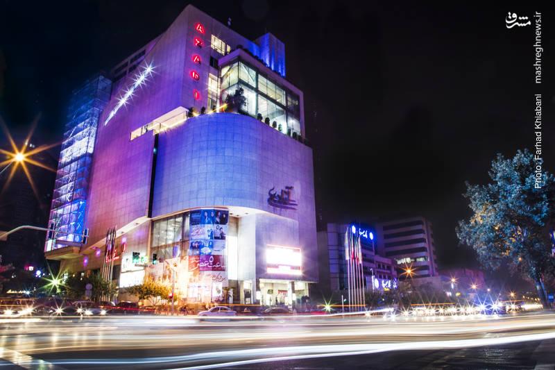 سینما آزادی-مجموعه جدید تجاری فرهنگی سینما آزادی دارای ۵ سالن شامل یک سالن ۶۰۰ نفره و چهار سالن ۲۰۰ نفره، دو رستوران، سه کافیشاپ و ۴ طبقه تجاری است. با بیش از ۱۲۰هزار نفر بازدیدکننده در ماه پربازدیدترین سینما کشور محسوب میشود.