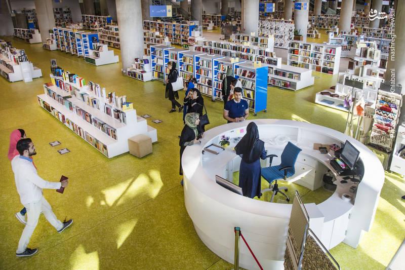 باغ کتاب-بزرگترین کتابفروشی جهان در دو بخش کودک و بزرگسال با ۲۵ هزار مترمربع زیربنا، در حاشیه بزرگراه شهید حقانی مجموعه فرهنگی و چند منظوره با محوریت کتاب احداث شده است.در مجموعه باغ کتاب تهران یک باشگاه رباتیک نیز برای برگزاری دوره های تخصصی هوش مصنوعی ایجاد شده است.