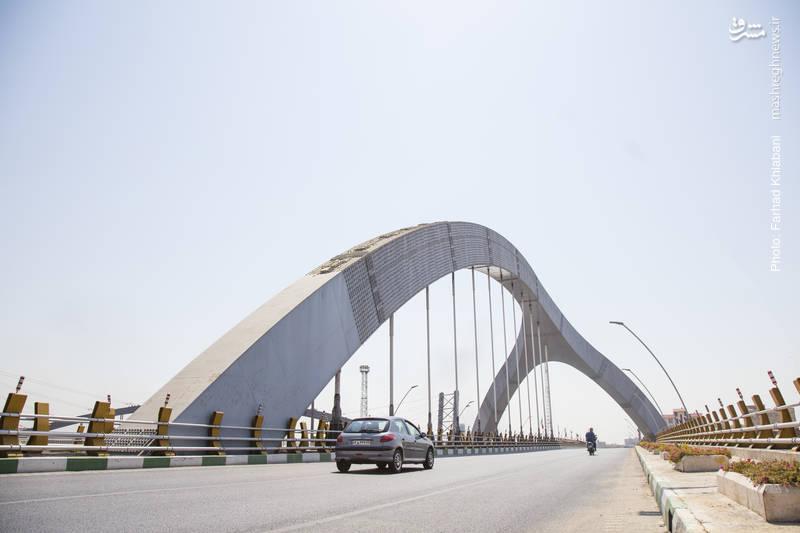 پل جوادیه-نخستین پل معلق در کشور با طول۲۱۰متر سومین نماد شهر تهران پس از برج آزادی و برج میلاد، شناخته میشود، از جهت مهندسی و فنی منحصربهفرد است و نخستین پل سه پایه با تکنولوژی خاص در ایران به شمار میرود. پل جوادیه در برابر زلزله مقاوم است.