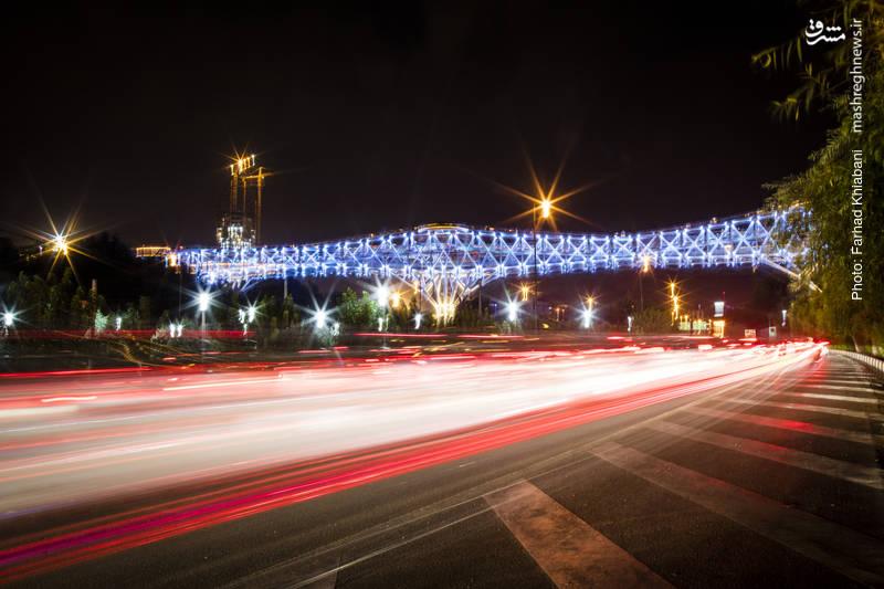 پل طبیعت-اولین پل صرفا پیاده رو در ایران می باشد که بوستان آب و آتش و پارک جنگلی طالقانی را به یکدیگر متصل می کند. پلی که در خاورمیانه همتایی ندارد و همچنین بزرگ ترین پل عبور و مرور غیر خودرویی کشور به حساب می آید که مساحت آن ۷۰۰۰ متر مربع می باشد.