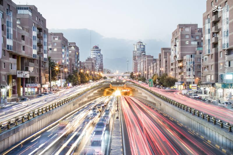 تونل توحید-بزرگترین تونل شهری ایران تونل توحید به عنوان یکی از شریانهای اصلی شمالی- جنوبی در محدوده غرب تهران واقع شده است . طول کلی پروژه۲۱۳۶متر بوده که با احتساب۸۶۴ متر رمپ های ورودی و خروجی، بالغ بر۳۰۰۰متر می شود.  برای مدیریت و نظارت دقیق بر جریان ترافیک در تونل توحید ، مرکز کنترل ترافیک تونل راه اندازی گردیده و داراری سیستم تهویه ، برق اظطراری، سیستم اطفا ء حریق، سیستم روشنایی هوشمند و سامانه تشخیص آلودگی می باشد.