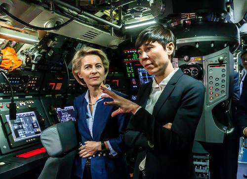 عکس/ بازدید خانم های وزیر از زیردریایی آلمانی
