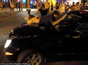 عکس/ حمله یک خودرو به معترضان آمریکایی