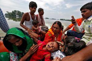 نجات یک کودک از دهکده سیلزده در ایالت بهار هند