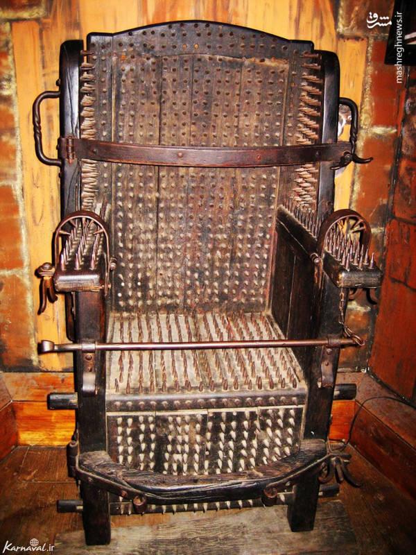 صندلی شکنجه/ این وسیله از معروف ترین ابزارهای موجود در این موزه است. یک صندلی پر از میخ های سرتیز که مجرم را روی آن می نشاندند و دست و پایش را محکم می بستند تا میخ ها در تمام بدنش فرو رود. این ابزار باعث مرگ فرد نمی شد اما بسیار دردآور بود و باعث خونریزی وحشتناکی در بدنش می شد.