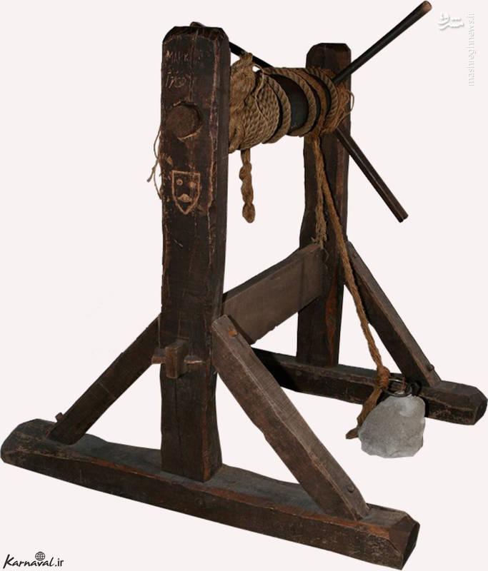 وزنه هایی از جنس سنگ/ برای زجر دادن زندانیان به آن ها وزنه هایی از جنس سنگ و با وزن زیاد می بستند تا حرکتشان را مختل کند. این وزنه ها همیشه به آن ها متصل بود، حتی زمانی که توسط دیگر وسایل شکنجه مورد آزار قرار می گرفتند.