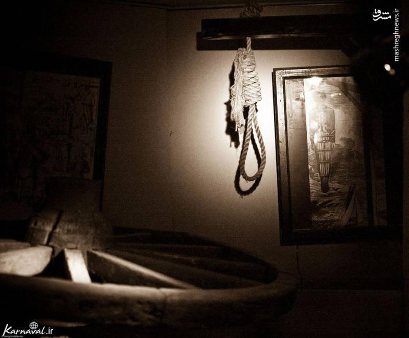 چوبه دار/ در موزه شکنجه آمستردام می توانید از نزدیک چوبه ی دار را هم تماشا نمایید. چوبی عمود و ساده که کاربردی بسیار هولناک داشته است. حلقه ی طناب دار را که بر این چوب آویخته شده بر گردن مجرم می انداختند و با آویزان شدن فرد از این چوبه راه تنفسش بسته شده و جان می باخت.