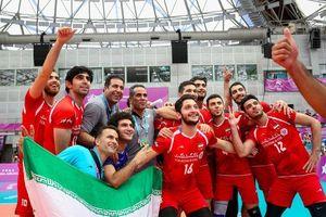 تقدیم مدال طلای جهانی والیبال یونیورسیاد به خانواده شهید حججی