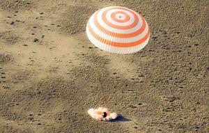 فیلم/ لحظه بازگشت فضانوردان به زمين