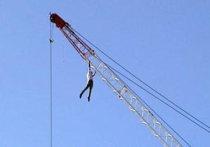 فیلم/ سقوط یک کارگر توسط راننده جرثقیل