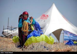 عکس/ بانوی چترباز در مسابقات پاراگلایدر کشوری