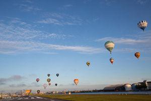 عکس/ پرواز بالنها برفراز آسمان لندن