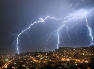 تصویری خیره کننده از رعد و برق در آسمان آمریکا