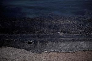 نشت نفت به سواحل جزیره یونانی سالامیس پس از غرقشدن یک نفتکش