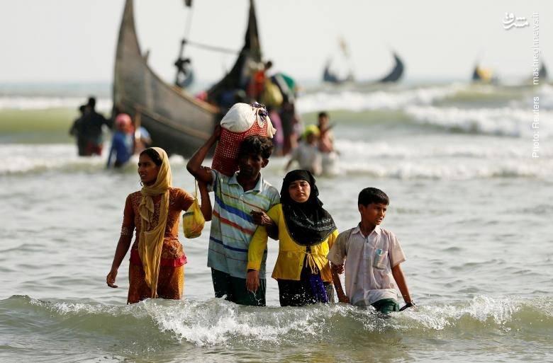 عبور یک خانواده روهینگیایی از خلیج بنگال با همه وسایل آنها که در یک زنبیل گنجانده شده است