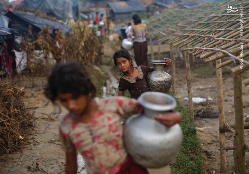 مأموریت دشوار دختران روهینگیایی برای آوردن آب به به خانههای موقت و آسیبپذیر خود در بنگلادش