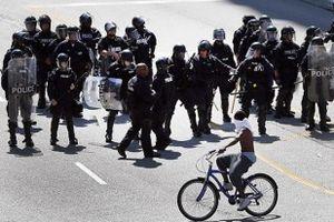 فیلم/ عبور پلیس ضد شورش آمریکا از روی یک پیرزن