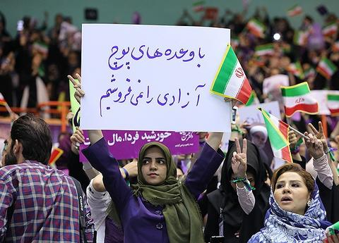 چه کسی نمایندگان زن شورای مشهد را به ورزشگاه راه نداد؟ +عکس