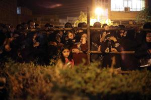 عکس/ جمعیت منتظر برای اجرای حکم اعدام قاتل آتنا