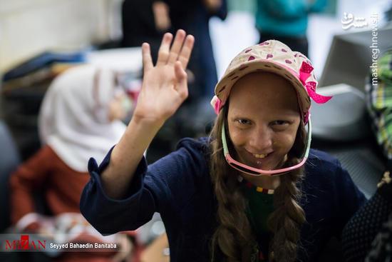 اهدای لوازم التحریر به دانش آموزان معلول
