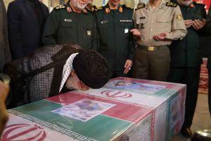 عکس/ بوسه رهبر انقلاب بر تابوت شهید حججی