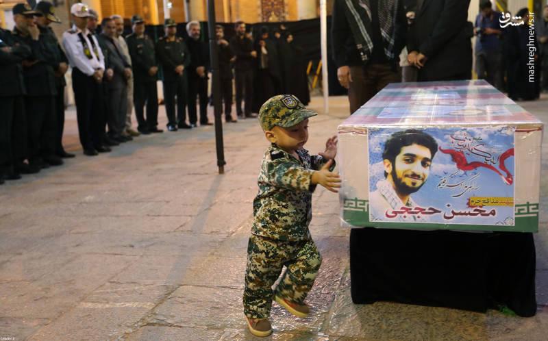 www.dustaan.com عاشقانه های فرزند شهید حججی با تابوت پدر +تصاویر