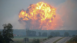 عکس/ انفجار انبار مهمات نظامی در اوکراین