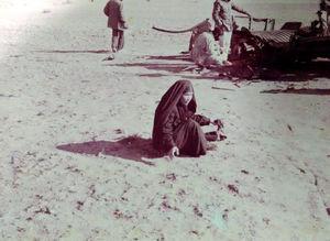 عکس/ ننه مریم در حال جمع آوری بدن فرزندش