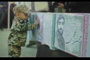 فیلم/ وداع شهید حججی با فرزندش قبل از آخرین اعزام