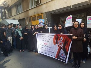 عکس/ تجمع دانشجویان مقابل ساختمان وزارت نفت