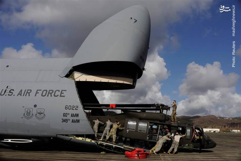 تخلیه یک بالگرد از هواپیمای نیروی هوایی آمریکا جهت کمک به طوفانزدگان