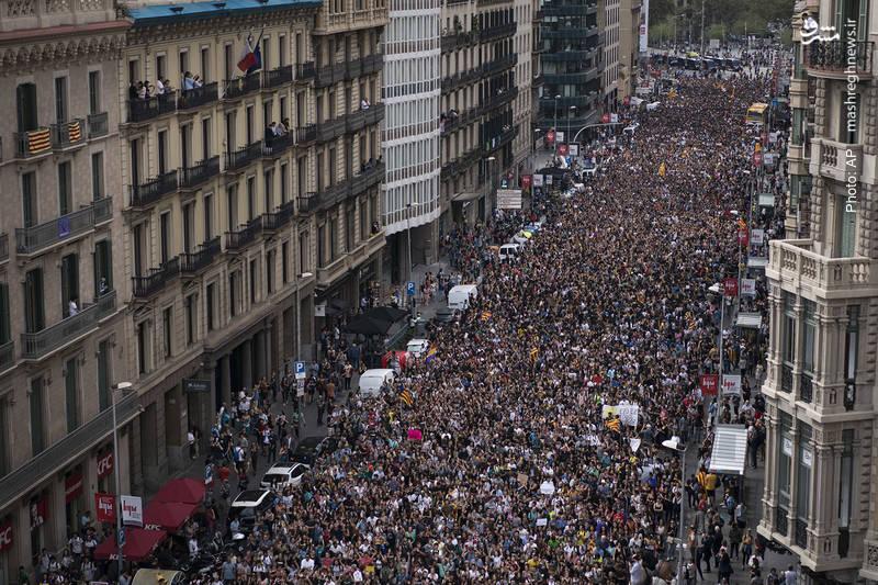 تداوم تظاهرات جداییطلبانه در کاتالونیا پس از حمله پلیس به مراکز رأیگیری در همهپرسی