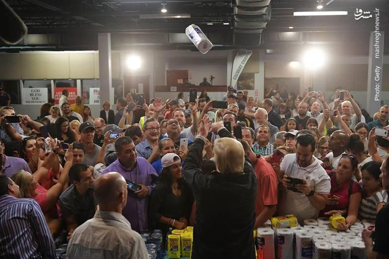 حرکت جنجالی ترامپ در کمک به طوفانزدگان با پرتاب دستمال لولهای توالت در پورتوریکو. بسیاری این حرکت را توهین آمیز خواندند