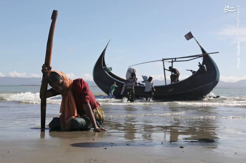 خستگی و گرسنگی مهاجران مسلمان از طی مسیر آبی میان میانمار و بنگلادش. کشتار مسلمانان، تخریب خانهها، قتل مردان و تجاوز به زنان از سوی ارتش روهینگیا ماهها تداوم داشت تا اینکه عمده مسلمانان مهاجرت کردند.