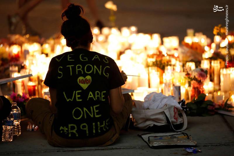 عزاداری برای کشتهشدگان لاسوگاس در حالی صورت گرفت که از سخنرانیهای کوبنده مقامات آمریکایی خلاف دفعات قبل، خبری نبود، شاید به این دلیل که این بار یک مهاجم آمریکاییِ سفیدپوست دست به قتل مردم زده بود!