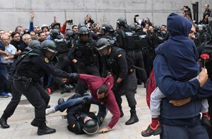 فیلم/ برخورد خیلی نایس پلیساسپانیا با معترضان!