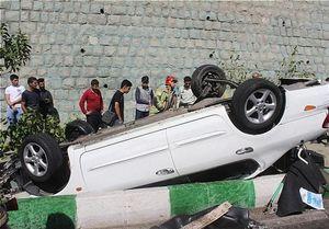 عکس/ واژگونی ماکسیما روی جوی آب در تهران