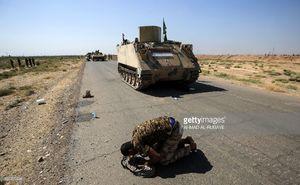 عکس/ سجده شکر سرباز عراقی در الحویجه
