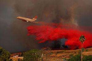 استفاده از هواپیمای مسافری در کالیفرنیا برای مقابله با آتشسوزی ناگهانی جنگلها
