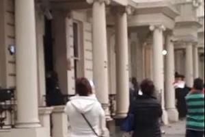 فیلم/ حمله هواداران بارزانی به سفارت عراق در لندن