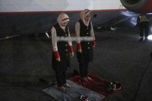 عکس/ نماز اول وقت مهمانداران زن در باند فرودگاه