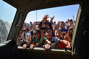 استقبال مردم از ورود مأموران امنیتی عراق به کرکوک پس از عقبنشینی نیروهای اقلیم کرد
