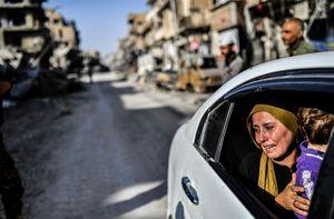 بازگشت ساکنان رقه سوریه به خانههایی که حالا ویرانه شدهاست. رقه با همکاری نیروهای تحت حمایت آمریکا و اکراد (نیروهای دموکراتیک سوریه) از دست داعش خارج شد- afp.jpg